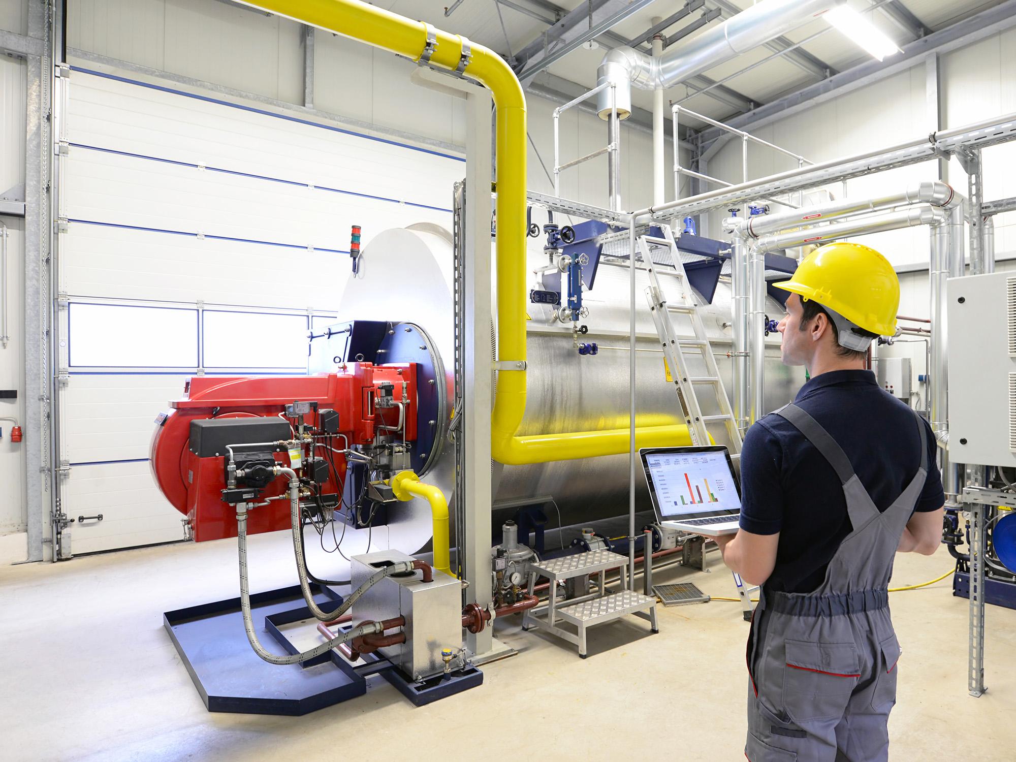 Techniker prüft energetische Daten in einem Unternehmen