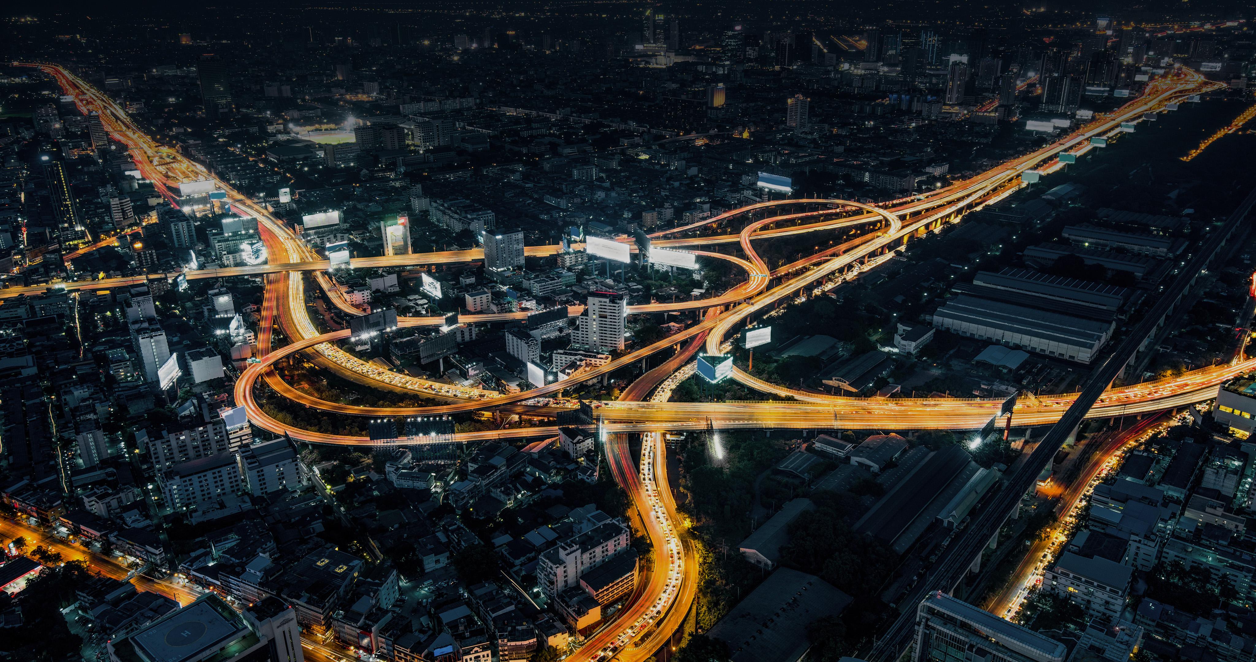 Autobahn in der Stadt bei Nacht